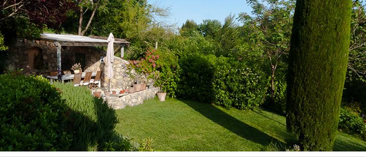 Pergola pour vos petits-déjeuners dans le magnifique jardin arboré et fleuri du Mas de Saint Julien, Maison d'hôtes raffinée sur la Côte d'Azur.