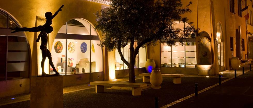 Le village d'artistes, réputé pour ses souffleurs de verre, situé à 10min de notre Maison d'Hôtes sur la Côte d'Azur.