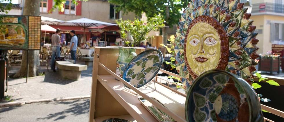Ruelles pavées dans le pur style provençal, marchés typiques et senteurs pour votre été sur la Côte d'Azur !